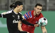 Jae-sung Lee e Niklas Sule em ação no Holstein Kiel-Bayern Munique da Taça da Alemanha (Christian Charisius/AP)