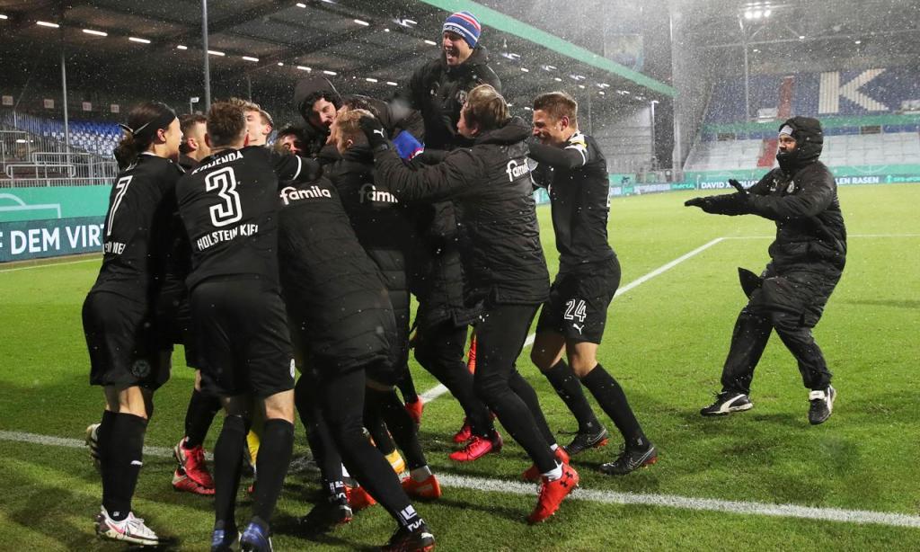 Holstein Kiel festeja apuramento na Taça da Alemanha após bater o Bayern Munique nos penáltis (Christian Charisius/AP)