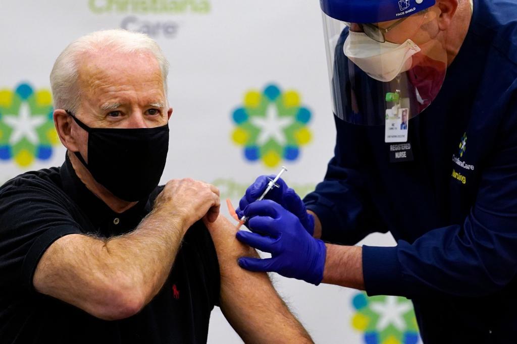 Joe Biden recebe a segunda dose da vacina