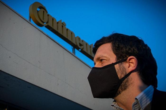 João Ferreira em ação de campanha na Continental/Mabor em Vila Nova de Famalicão