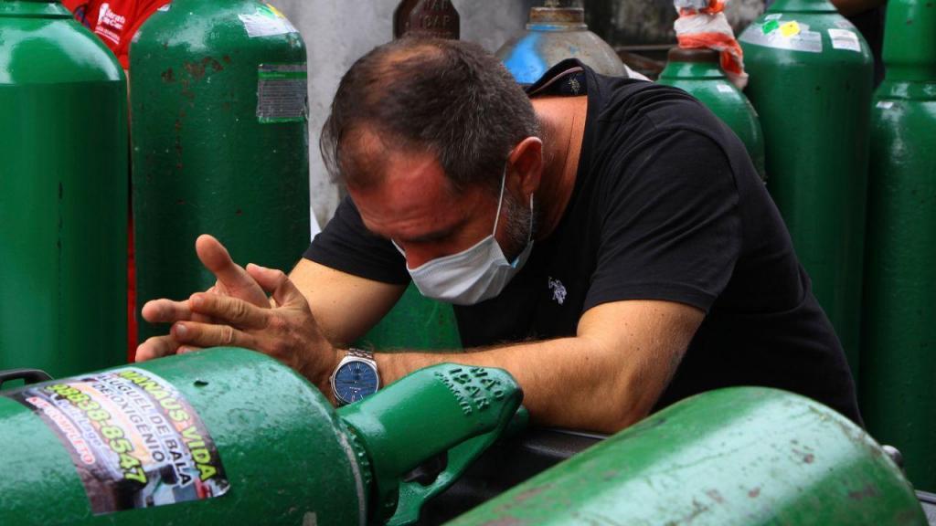 Sufoco: brasileiros esperam horas por recargas de oxigénio que escasseia nos hospitais
