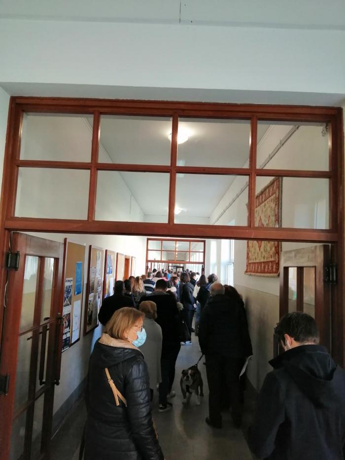 Filas na escola Eça de Queiroz na Póvoa de Varzim