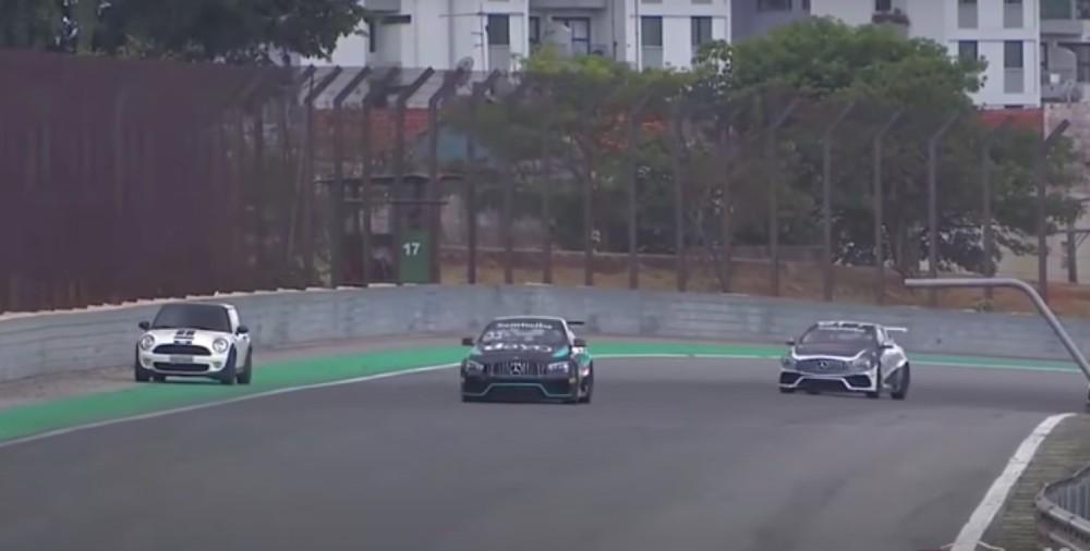 Carro invade pista de corridas (Reprodução Youtube)