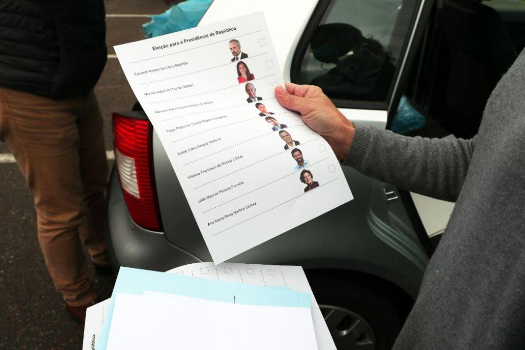Equipas recolhem votos de eleitores em confinamento no Redondo
