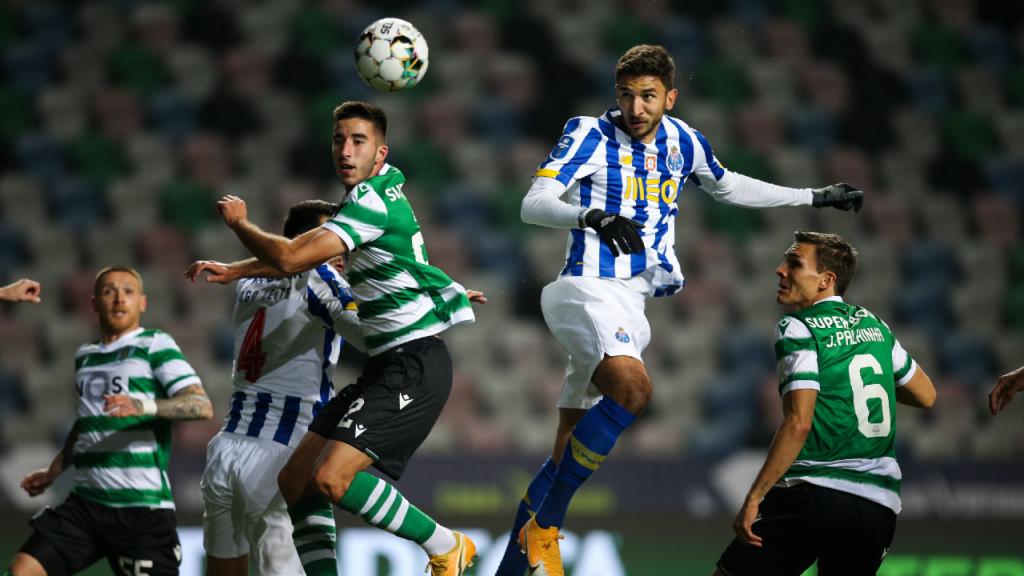 Taça da Liga: Sporting-FC Porto, Grujic cabeceia perante João Palhinha e Gonçalo Inácio (Paulo Cunha/LUSA)