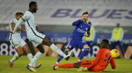 James Maddison bate Edouard Mendy para o 2-0 final no Leicester-Chelsea, 18.ª jornada da Premier League (Tim Keeton/EPA)