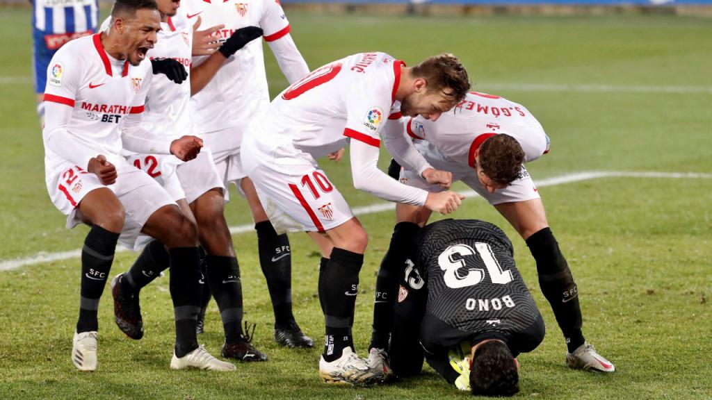Fernando, Rakitic e Sergi Gómez festejam o penálti defendido por Bono, na vitória do Sevilha ante o Alavés, na 19.ª jornada da liga espanhola (David Aguilar/EPA)
