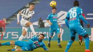 Remate de Ronaldo perante Manolas, no Juventus-Nápoles da Supertaça de Itália (Elisabetta Baracchi/EPA)