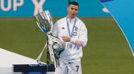 Cristiano Ronaldo com a Supertaça de Itália, conquistada na final ante o Nápoles (Antonio Calanni/AP)