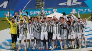 Juventus ergue a Supertaça de Itália, conquistada na final ante o Nápoles (Elisabetta Baracchi/EPA)
