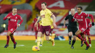 Ashley Barnes, autor do golo dos visitantes, foge a Thiago Alcantara e a Matip no Liverpool-Burnley (EPA)