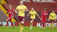 Ashley Barnes fez, de penálti, o golo da vitória do Burnley em Anfield (EPA)