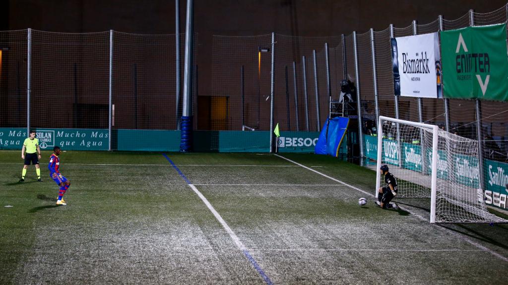 Juan Ramírez, sem sair do centro da baliza, defende penálti a Ousmane Dembélé no Cornellà-Barcelona (Joan Monfort/AP)