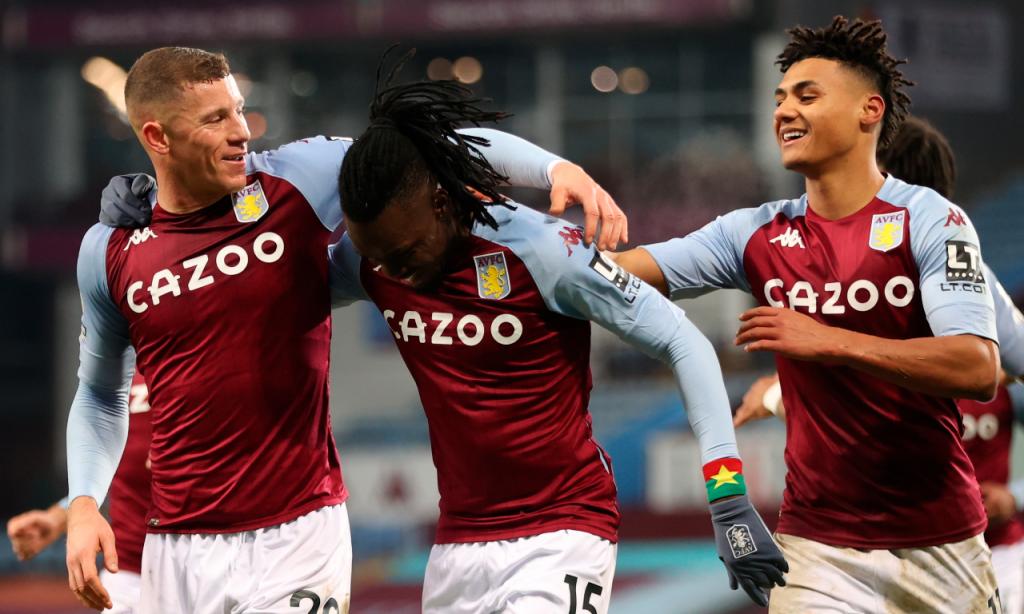 Bertrand Traore festeja com Ross Barkley e com Ollie Watkins o 2-0 final na vitória do Aston Villa sobre o Newcastle (Clive Brunskill/AP)