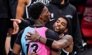 Bam Adebayo e Kyrie Irving deram abraço, mas foram depois impedidos de trocar camisola no Brooklyn Nets-Miami Heat (Frank Franklin II/AP)