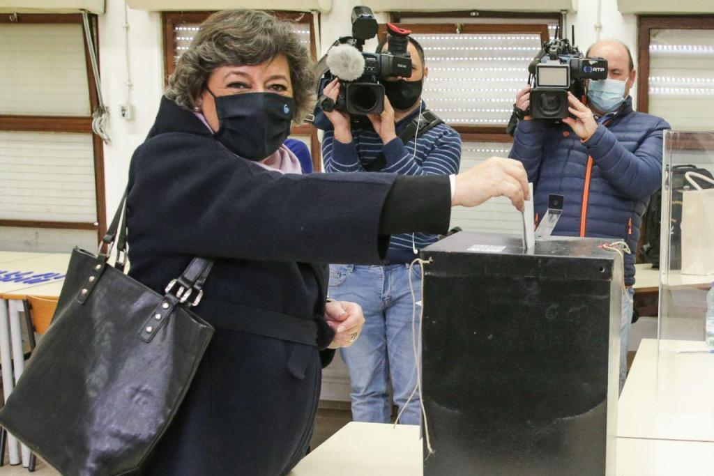 Ana Gomes vota na escola secundária de Cascais