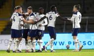 Jogadores do Tottenham festejam golo de Winks ante o Wycombe (Frank Augstein/AP)