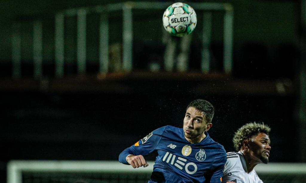 Farense-FC Porto: lance entre Grujic e Pedro Henrique (LUSA)