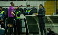 Árbitro Manuel Mota e Sérgio Conceição no Farense-FC Porto (LUSA)