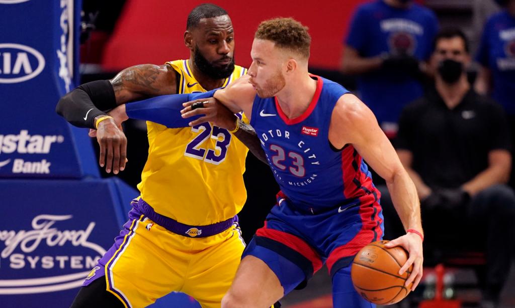 Blake Griffin e LeBron James em duelo no Detroit Pistons-Los Angeles Lakers (Carlos Osorio/AP)