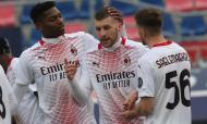 Rafael Leão e Ante Rebic festejam golo do Milan em Bolonha (Giorgio Benvenuti/EPA)