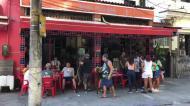 Tudo deserto à volta do Maracanã, à exceção de um pequeno bar