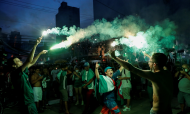 Adeptos do Palmeiras festejam conquista da Libertadores junto ao Allianz Parque, em São Paulo (Sebastião Moreira/EPA)