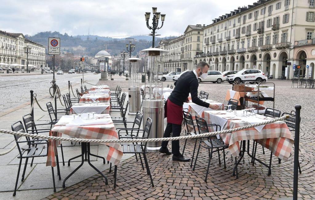 Covid-19: italianos voltam à sentar-se à mesa dos cafés e restaurantes