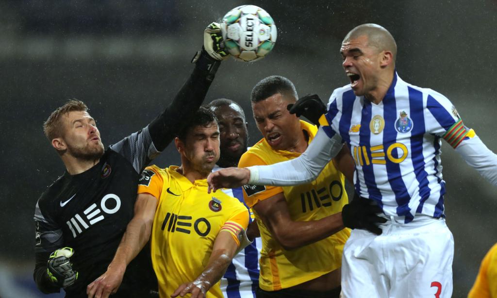 Lance entre Kieszek, Pepe, Marega, Aderllan e Tarantini no FC Porto-Rio Ave (Estela Silva/LUSA)