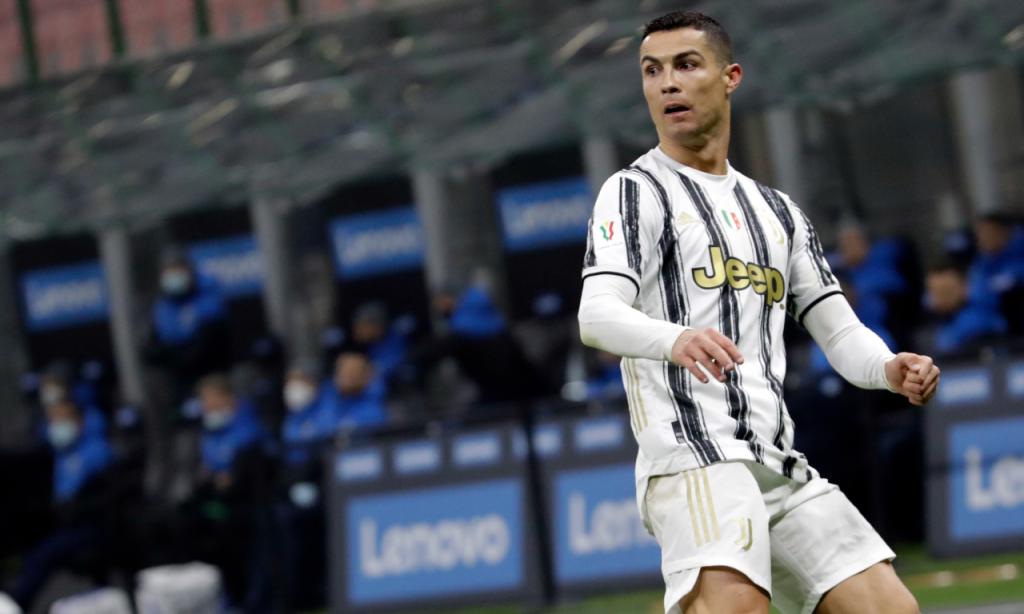 Cristiano Ronaldo olha para a baliza antes do 1-2 no Inter-Juventus, na primeira mão da meia-final da Taça de Itália (Luca Bruno/AP)