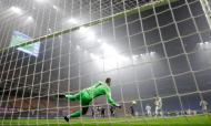 Cristiano Ronaldo bate Handanovic para o 1-1 no Inter-Juventus (Luca Bruno/AP)