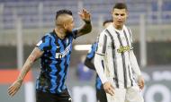 Arturo Vidal e Cristiano Ronaldo gesticulam no Inter-Juventus (Luca Bruno/AP)