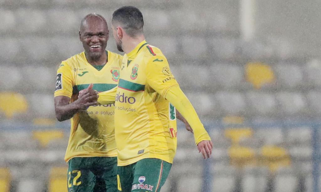 Luiz Carlos e Bruno Costa festejam golo no Gil Vicente-Paços de Ferreira (LUSA)