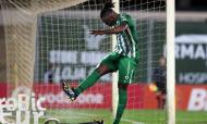 Pelé pontapeia publicidade após falhar penálti no Rio Ave-Nacional (Estela Silva/LUSA)