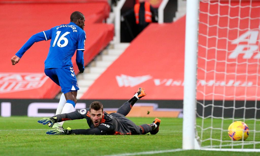 Doucouré bate De Gea e reduz para 2-1 no Manchester United-Everton (Alex Pantling/AP)