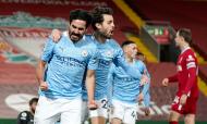 Gundogan festeja o bis no 1-2 no Liverpool-Manchester City, com Bernardo Silva (Jon Super/AP)