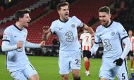 Jorginho festeja com Azpilicueta e Mount o golo de penálti que ditou a vitória por 2-1 ante o Sheffield United (Oli Scarff/AP)