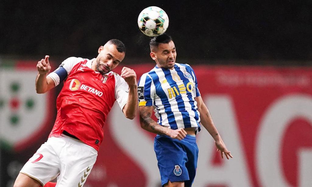 Lance entre Fransérgio e Corona no Sp. Braga-FC Porto (Hugo Delgado/LUSA)