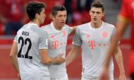 Robert Lewandowski festeja com Pavard e Marc Roca o primeiro dos dois golos da vitória do Bayern sobre o Al Ahly, na meia-final do Mundial de Clubes