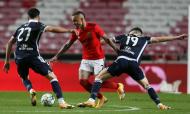 Everton Cebolinha em lance com Rúben Vinagre e Ivo Rodrigues no Benfica-Famalicão (Manuel Almeida/LUSA)
