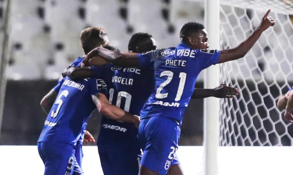 Phete, Varela e Rúben Lima festejam o golo do Belenenses ante o Vitória de Guimarães (Tiago Petinga/LUSA)