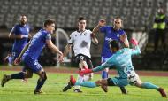 Pepelu remata perante Kritciuk, quase fazendo golo no Belenenses-V. Guimarães (Tiago Petinga/LUSA)