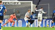 Lance entre Lautaro Martínez, Matthijs De Ligt e Bernardeschi, perante o olhar de Buffon, no Juventus-Inter da Taça de Itália (Alessandro Di Marco/EPA)