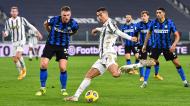 Cristiano Ronaldo remata perante Skriniar no Juventus-Inter de Milão (Alessandro Di Marco/EPA)