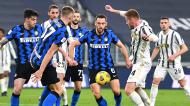 Lance entre Kulusevski, Skriniar e Dr Vrij no Juventus-Inter de Milão, da Taça de Itália (Alessandro Di Marco/EPA)