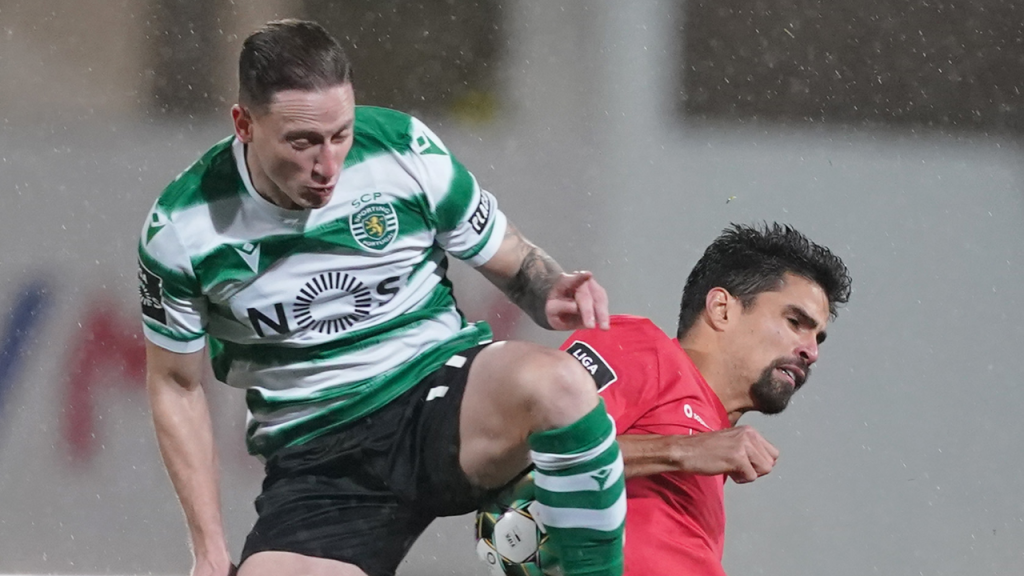 Lance entre Nuno Santos e Rodrigão no Gil Vicente-Sporting (Hugo Delgado/LUSA)