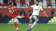 Lance entre Luan e Mohamed Magdi no Al Ahly-Palmeiras, jogo dos terceiro e quarto lugares do Mundial de Clubes (AP)