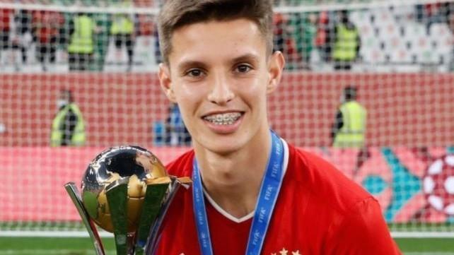 Tiago Dantas com a medalha de campeão do mundo e a taça conquistada pelo Bayern (instagram)