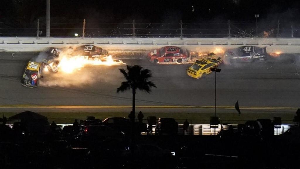 Carros em chamas nas 500 milhas de Daytona