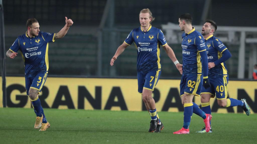 Dimarco, Barak, Lasagna e Daniel Bessa festejam o 2-1 da reviravolta do Verona ante o Parma (Emanuele Pennacchio/EPA)